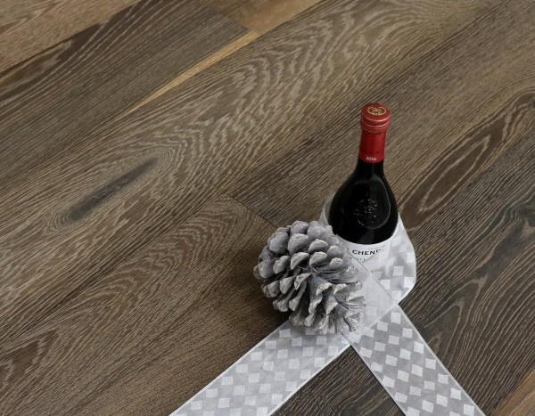 Parkettboden Eiche Piemont aus der Serie Vinum, 14 x 180 x 2200 mm, Markant, geräuchert, gebürstet, gekalkt, sandgestrahlt, mit Masteröl geölt, Soft Lock Klick Verbindung