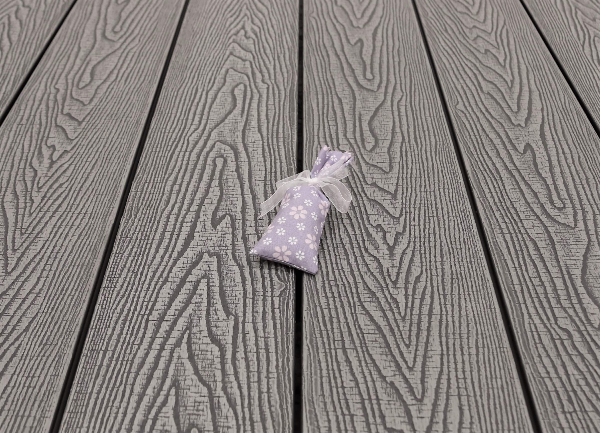WPC Dielen massiv, Oberfläche mit Struktur in Holzoptik sägerau, Farbton hellgrau, Vollprofil, 22 x 143 bis 4800 mm für 8,95 €/lfm