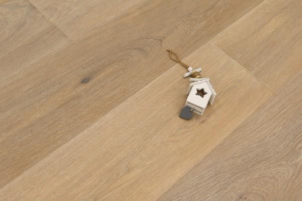 Parkettboden Eiche Arezzo aus der Serie Italia, 14 x 190 x 1900 mm, Natur, gebürstet, mit Rubio Monocoat R331 weiß geölt, Drop Down Klick Verbindung, Sonderanfertigung nach Kundenwunsch